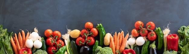 Панорама свежих овощей на темной деревенской деревянной предпосылке. вид сверху. копировать пространство