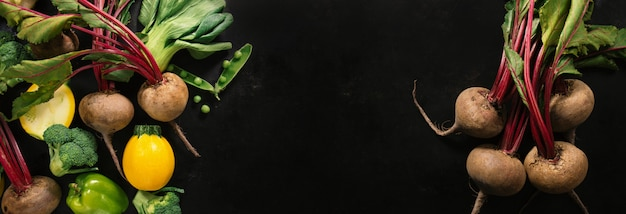 Свежие овощи, помещенные на темный стол