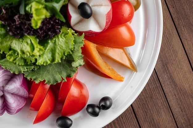 Ассорти из свежих овощей с зеленью
