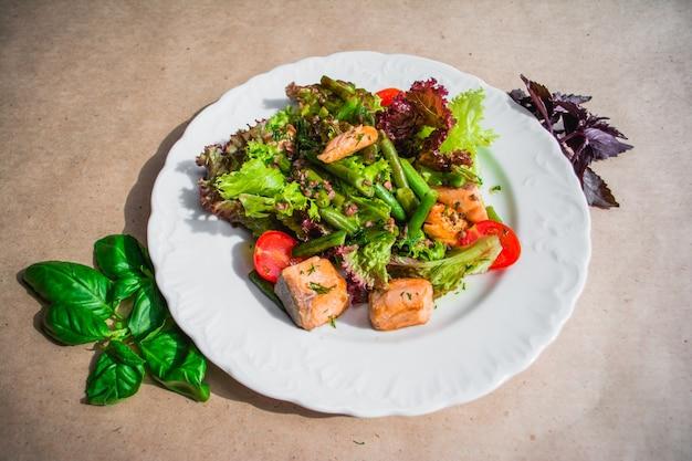 Свежие овощи, картофель, яйца, кунжут, салат, листья, салат на белой тарелке