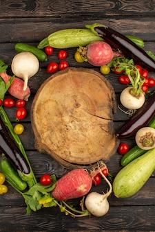 Свежие овощи спелые красочные на деревянном деревенском коричневом