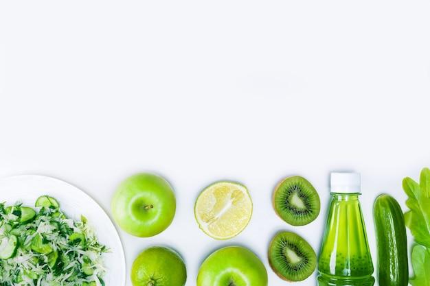 복사 공간이 있는 밝은 회색 표면에 신선한 야채 샐러드와 과일. 다이어트 또는 건강 식품 개념입니다.