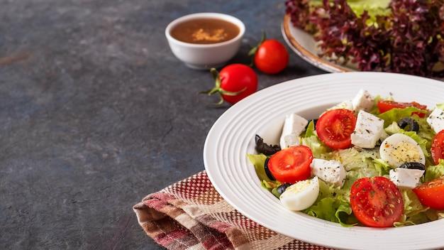 접시 복사 공간에 신선한 야채 샐러드