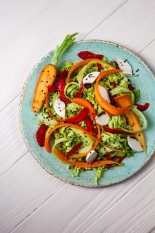 ニンジン、グリーン、キノコの新鮮野菜サラダ