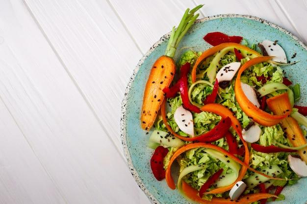 Insalata di verdure fresche con carote, verdure e funghi