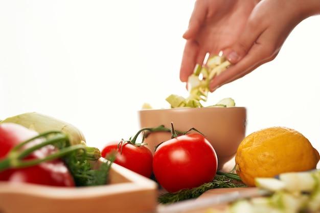 新鮮な野菜は、キッチンの健康食品をスライスします。高品質の写真