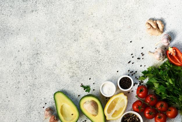 신선한 야채, 향신료, 허브. 텍스트를위한 공간으로 요리 재료입니다.