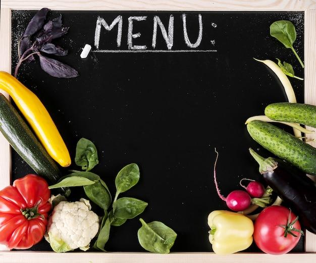 黒板と新鮮な野菜