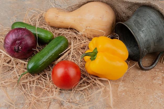 Свежие овощи с вкусным супом на мраморе Бесплатные Фотографии
