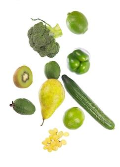 白い背景に分離された葉を持つ新鮮な野菜。