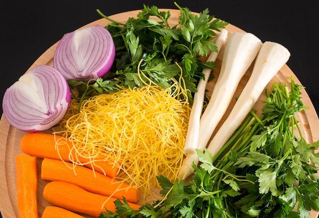 Свежие овощи деревянные доски. здоровая пища