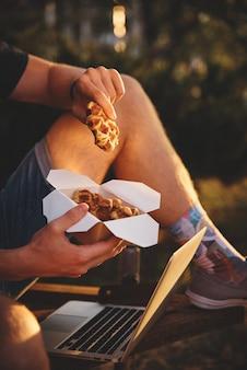 手に持った新鮮なワッフル、アメリカのテイクアウトの食事。