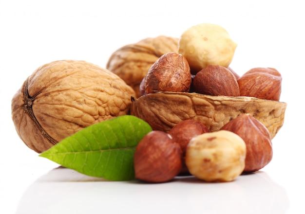 Свежий грецкий орех с листьями и фундуком