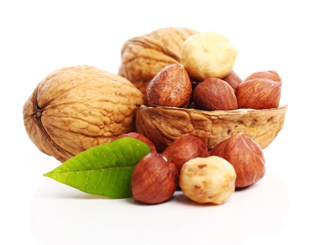 Свежие грецкие орехи и лесные орехи