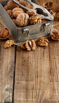 木製のテーブルの上の箱に新鮮なクルミをクローズアップ