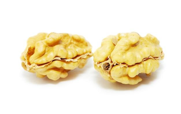 Свежие грецкие орехи, изолированные на белом фоне