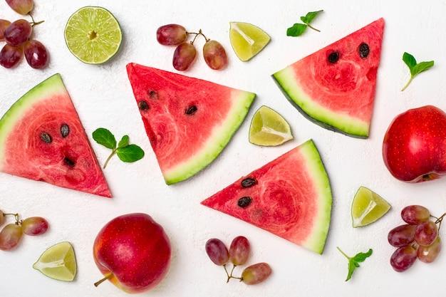 白い背景の上の新鮮なスイカと果物。スイカのスライスのパターン
