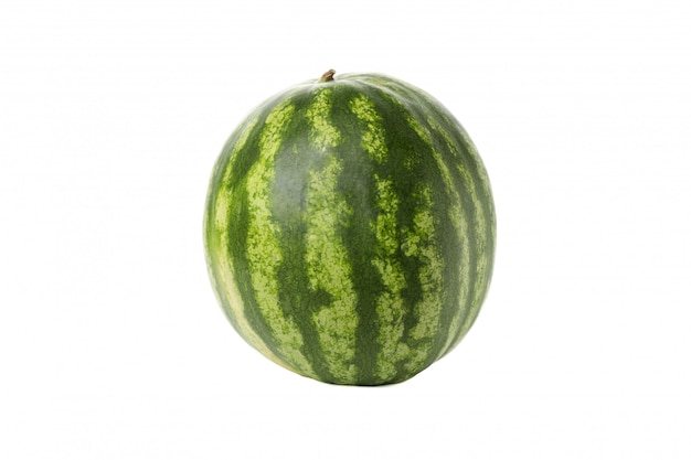 ホワイトスペースに分離された新鮮なスイカ。夏の果物