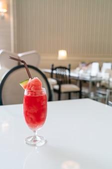 카페 레스토랑에서 테이블에 신선한 수박 스무디 유리