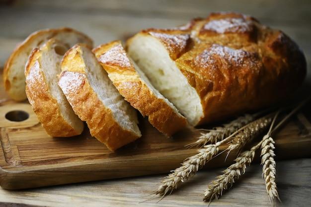 ボード上の新鮮な小麦パン。