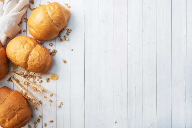 신선한 밀 빵 롤. 핫도그 또는 햄버거 롤. 흰색 배경 복사 공간입니다.