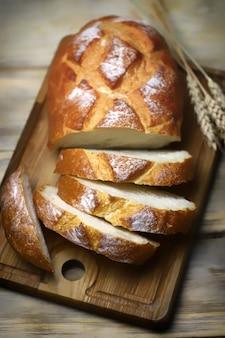 木製の表面に新鮮な小麦パンのスライス