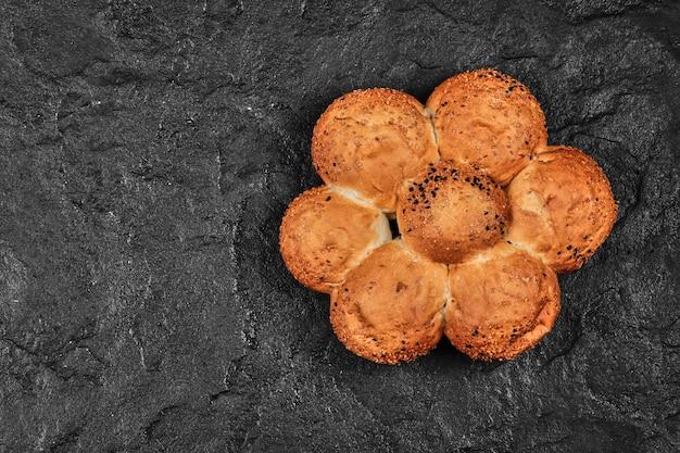 꽃 모양의 신선한 밀 빵.