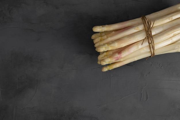 新鮮なホワイトアスパラガスを背景に添えて。新鮮な野菜。