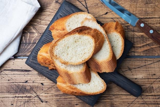 Нарезанный багет из свежего белого хлеба