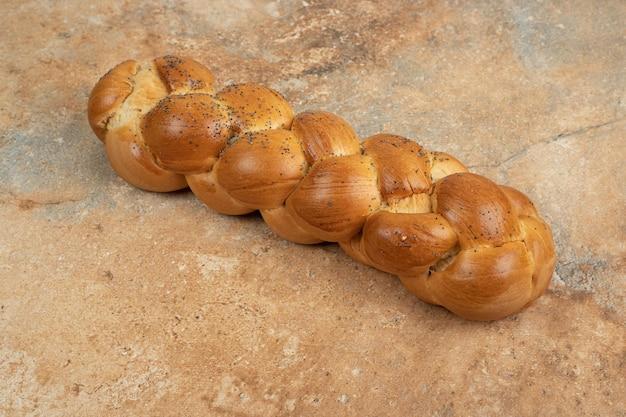 대리석 표면에 신선한 흰 빵입니다.