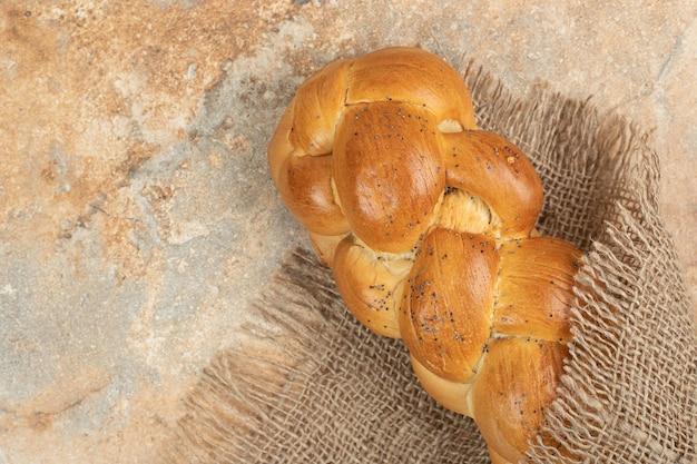 대리석 표면에 자루에 신선한 흰 빵입니다.
