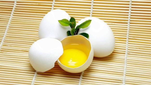 신선한 흰 닭고기 달걀