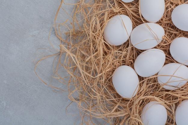 대리석 바탕에 신선한 흰 계란입니다.