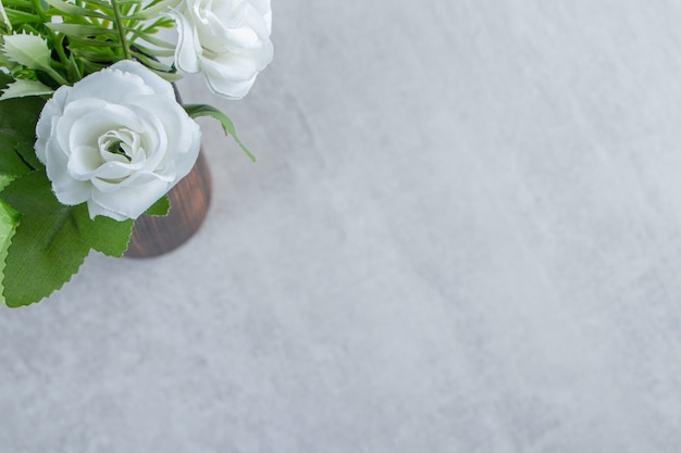 흰색 테이블에 나무 용기에 신선한 흰 꽃.