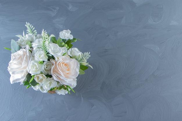 Fiori bianchi freschi in un vaso, sul tavolo di marmo.