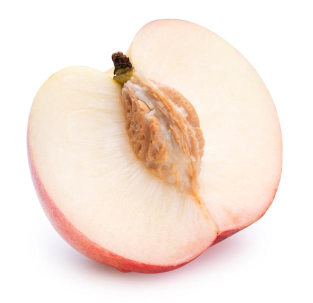 白い背景に新鮮な白い桃(クリッピングパス付き)