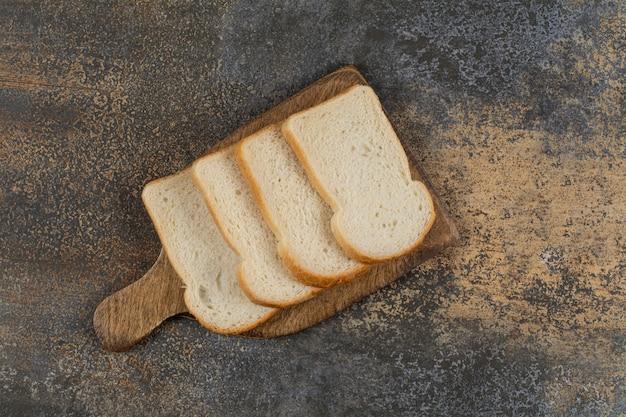 나무 보드에 신선한 흰 슬라이스 빵입니다.