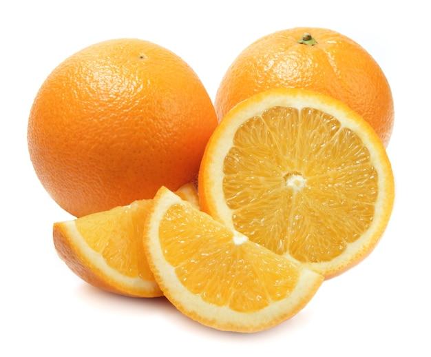 Свежие целые и нарезанные апельсины на белом