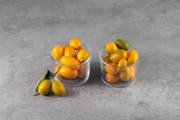 잎이 그릇에 담긴 신선한 감귤류 커 쿼트 과일