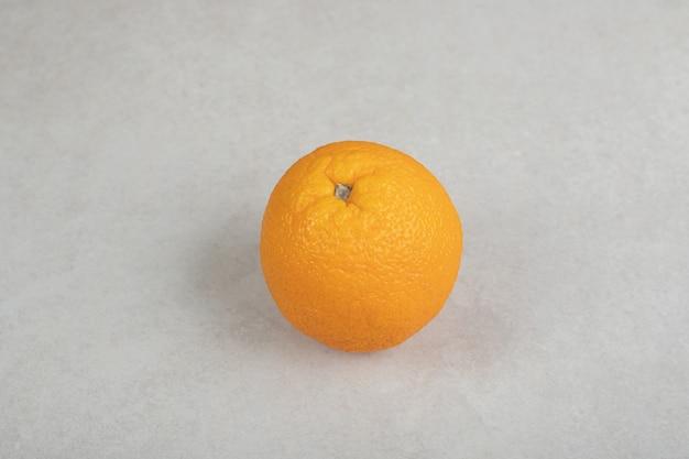 灰色の表面に新鮮な全体のオレンジ
