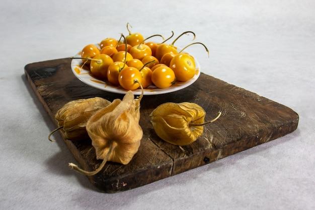 新鮮な冬のサクランボphysaliscape gooseberry aguaymantouvillaペルーのフルーツを皿に盛り付けます