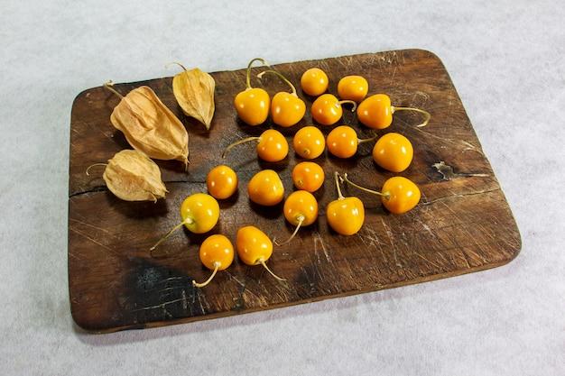 新鮮な冬のサクランボサイサリスケープグーズベリーアグアイマントウヴィラペルーの果物を木の上に