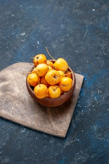 Ciliegie gialle fresche frutti dolci maturi su fondente, frutta fresca ciliegia dolce
