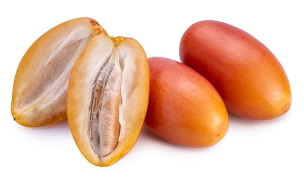 Свежие желтые плоды финиковой пальмы, изолированные на белом фоне.