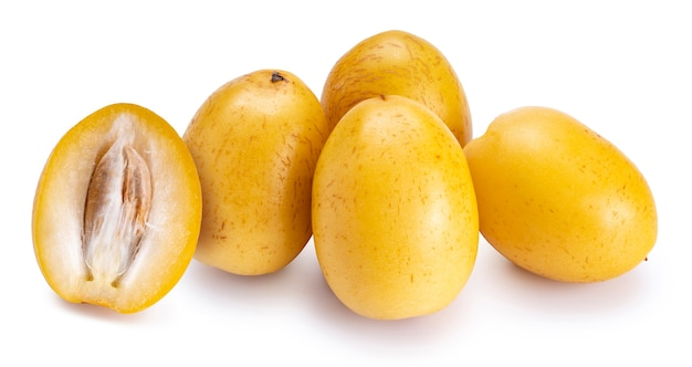ホワイトスペースで分離された新鮮な黄色のナツメヤシの果実。