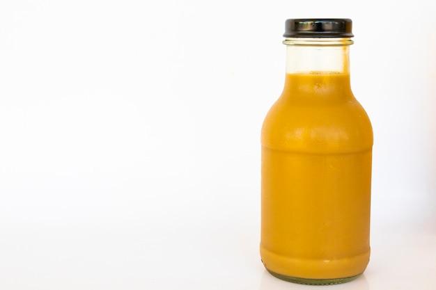白で隔離された瓶の中の新鮮な黄色のdring
