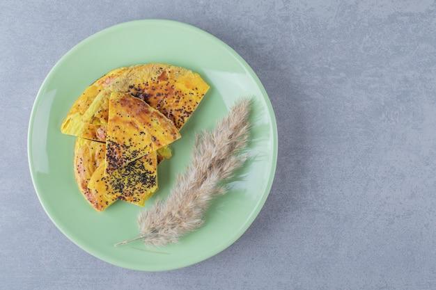緑のプレートに新鮮な黄色の自家製クッキー
