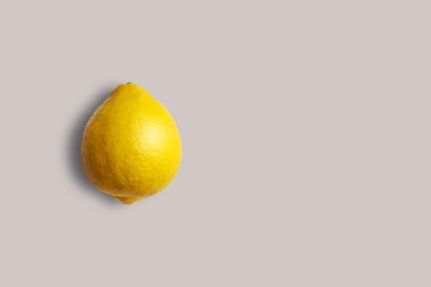메뉴에 대 한 흰색 바탕에 신선한 노란색 레몬. 기하학적 배경. 평면 평신도, 복사 공간, 평면도.