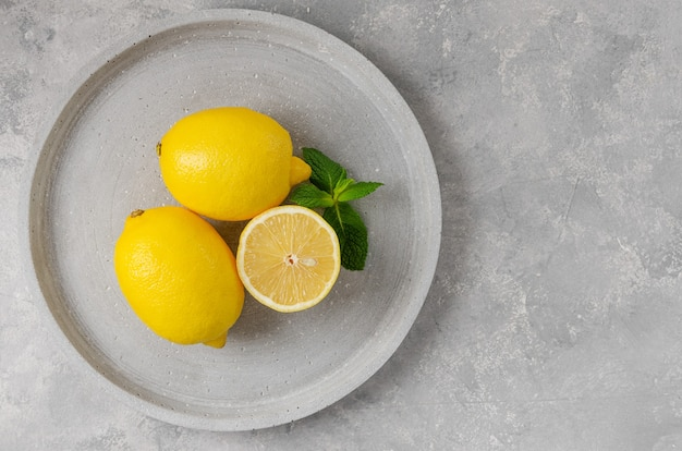 회색 바탕에 신선한 노란색 레몬입니다. 올해의 색상입니다.