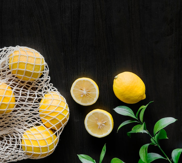 검은 배경에 신선한 노란색 레몬
